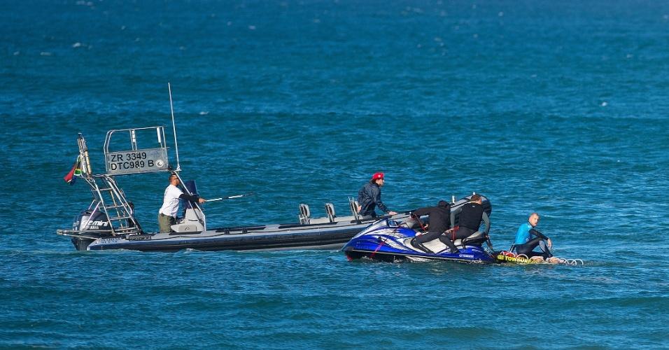 Equipes de salvamento na água da WSL resgatam Mick Fanning e Julian Wilson após o primeiro ser atacado por um tubarão durante a final da etapa sul-africana em JBay