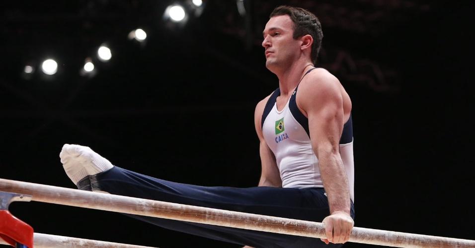 21.out.2015 - Diego Hypolito faz série nas barras paralelas durante treino de pódio do Brasil no Mundial de ginástica artística em Glasgow