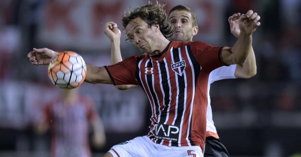 Lugano disputa a bola durante a partida entre São Paulo e River Plate