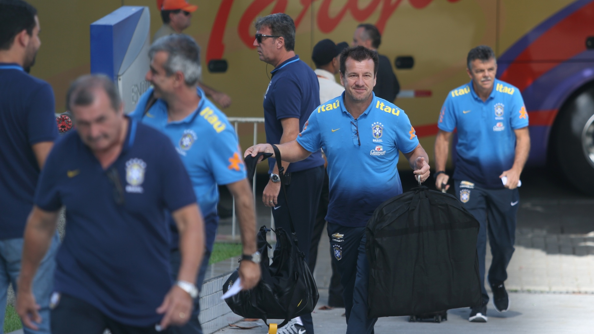 Dunga se diverte com assédio de torcedores na chegada ao Recife
