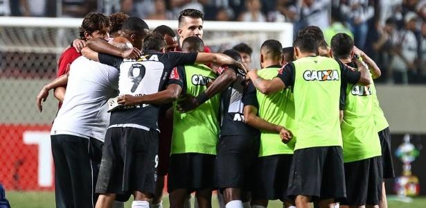 Enquanto jogadores do Atlético-MG comemoravam a classificação, preparador de goleiros do Racing provocava a torcida alvinegra