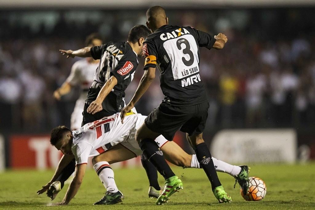 Jogadores de São Paulo e Atlético-MG disputam bola no jogo de ida das quartas de final da Libertadores