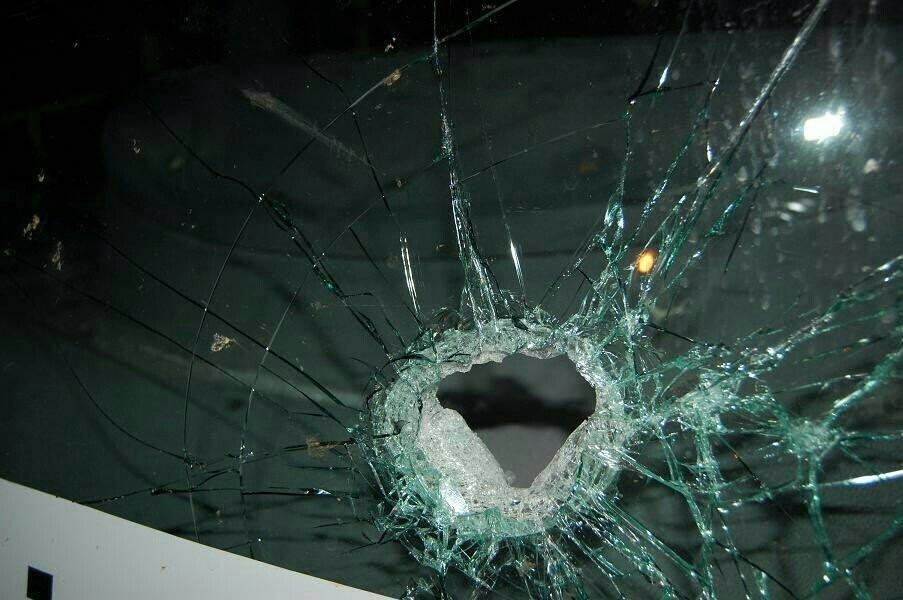 Detalhe de vidro quebrado de viatura da Polícia Militar após briga no fim do jogo São Paulo x Atlético Nacional