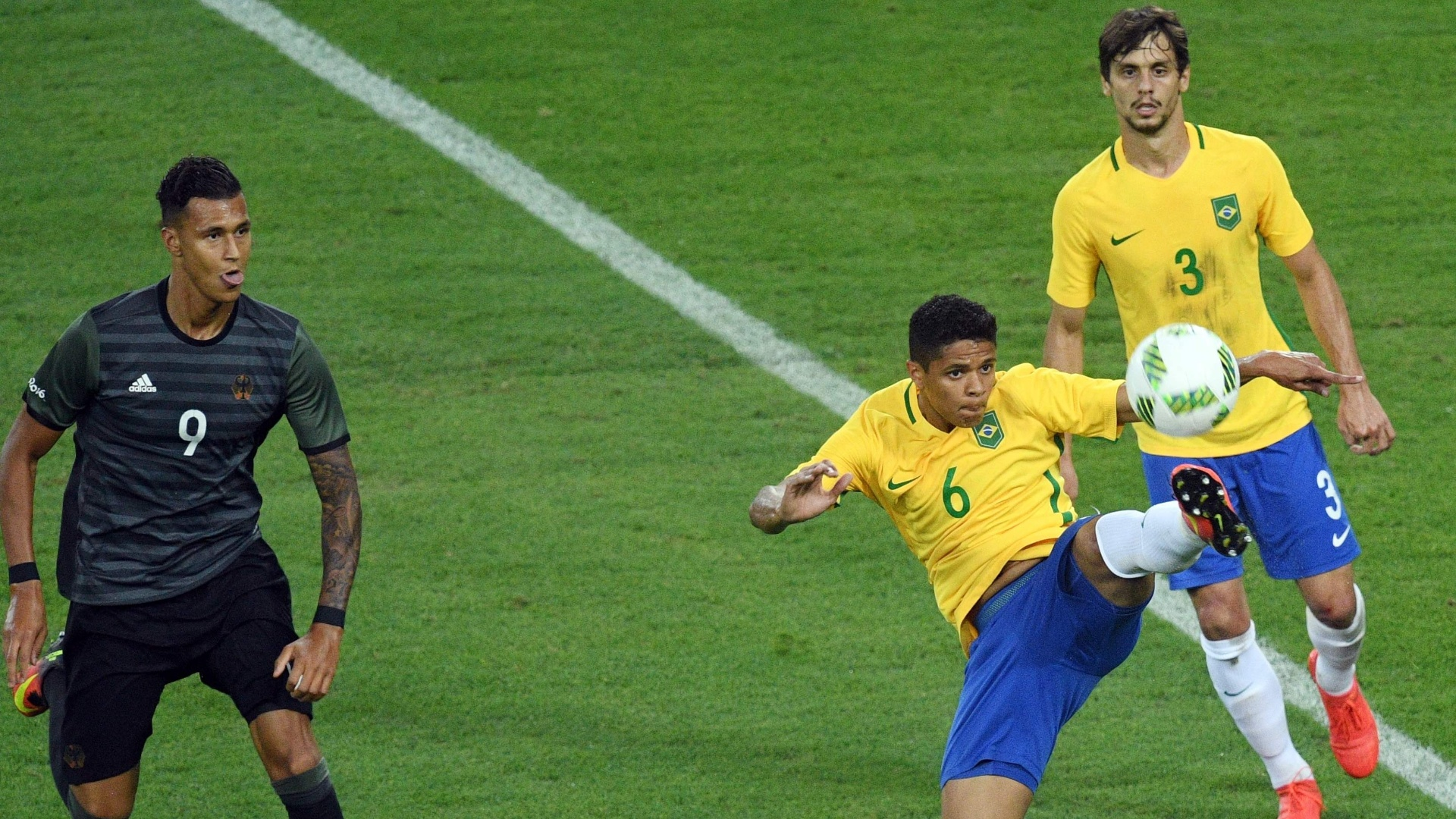 Douglas Santos e Rodrigo Caio, na final olímpica entre Brasil e Alemanha