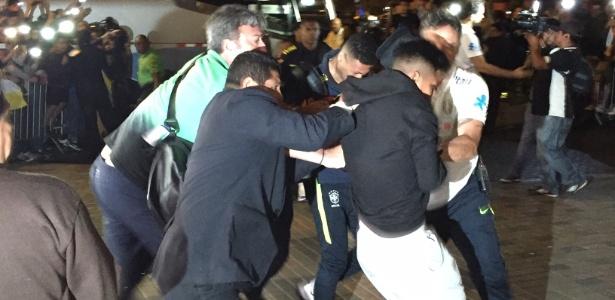 Fã agarra Neymar na chegada ao Peru e dá trabalho para seguranças da seleção
