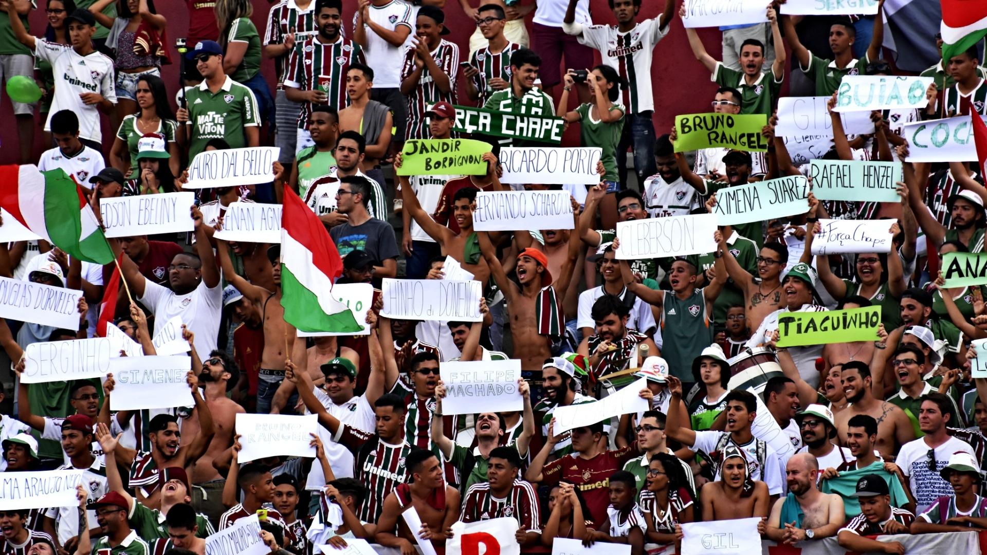 Torcida do Fluminense presta homenagens a passageiros do voo da Chapecoense na partida contra o Internacional