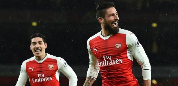Giroud (d) pode estar de saída do Arsenal