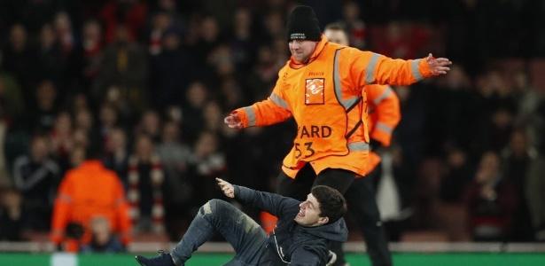Torcedor do Arsenal invade campo em jogo contra o Bayern - Reuters