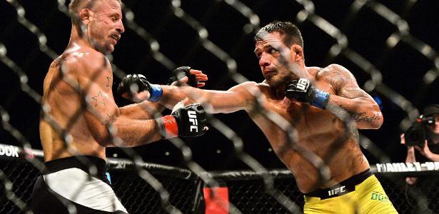 Rafael dos Anjos acerta soco em Tarec Saffiedine, no UFC Cingapura