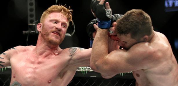 Ed Herman tenta acertar soco em C.B. Dollaway durante luta pelo UFC