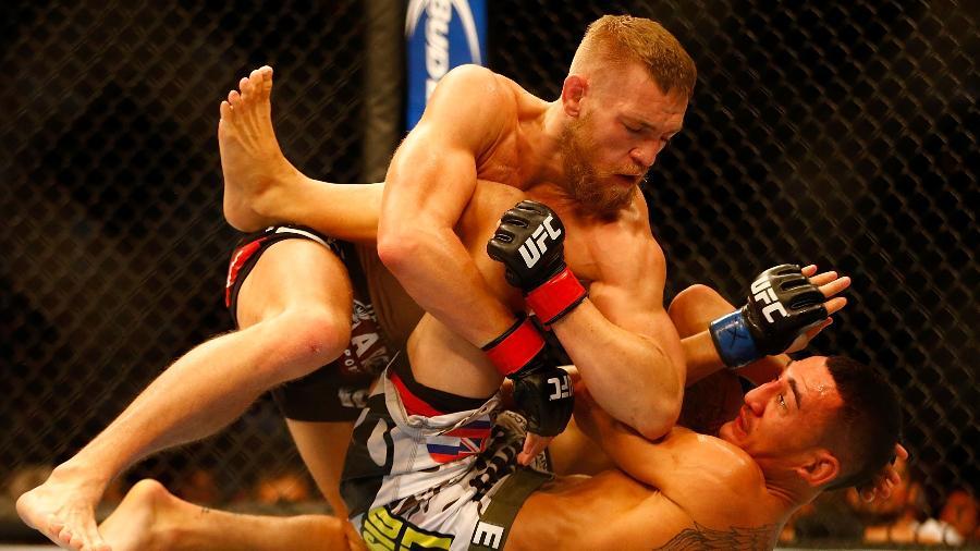 Conor McGregor desfere cotovelada em Max Holloway no UFC - Jared Wickerham/Getty Images