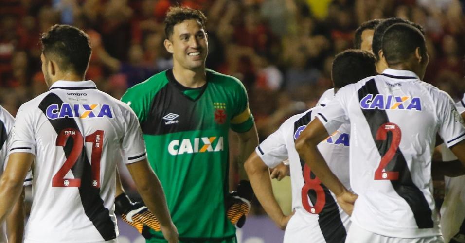O goleiro Martin Silva, do Vasco, sorri após anulação do pênalti para o Sport