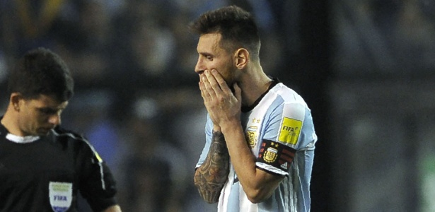 Messi lamenta durante jogo entre Argentina e Peru nas Eliminatórias