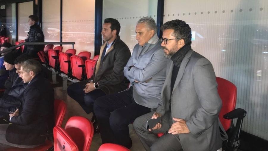 O técnico Tite vê a partida entre Alemanha e Inglaterra em Wembley ao lado de Edu Gaspar e Cleber Xavier - Divulgação/CBF
