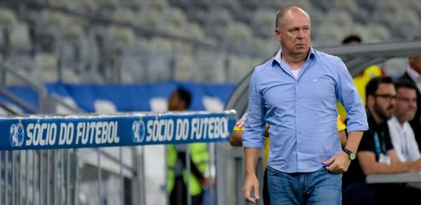 Mano Menezes, técnico do Cruzeiro, observa o jogo no Mineirão - Washington Alves/Light Press/Cruzeiro