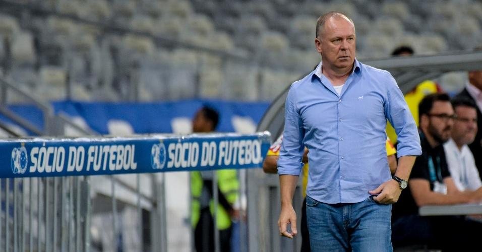 Mano Menezes, técnico do Cruzeiro, observa o jogo contra o Fluminense