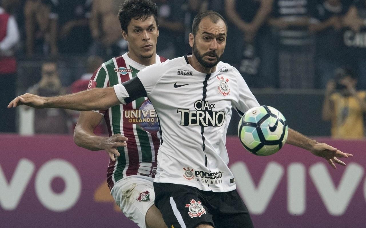 Danilo em ação pelo Corinthians na partida contra o Fluminense em Itaquera
