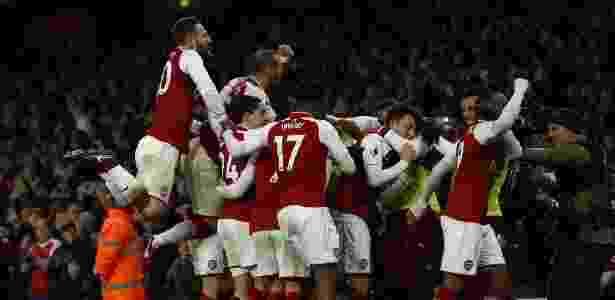 Özil comemora virada do Arsenal - Adrian Dennis/AFP - Adrian Dennis/AFP