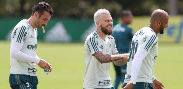 Edu Dracena, Lucas Lima e Felipe Melo se divertem em treino do Palmeiras