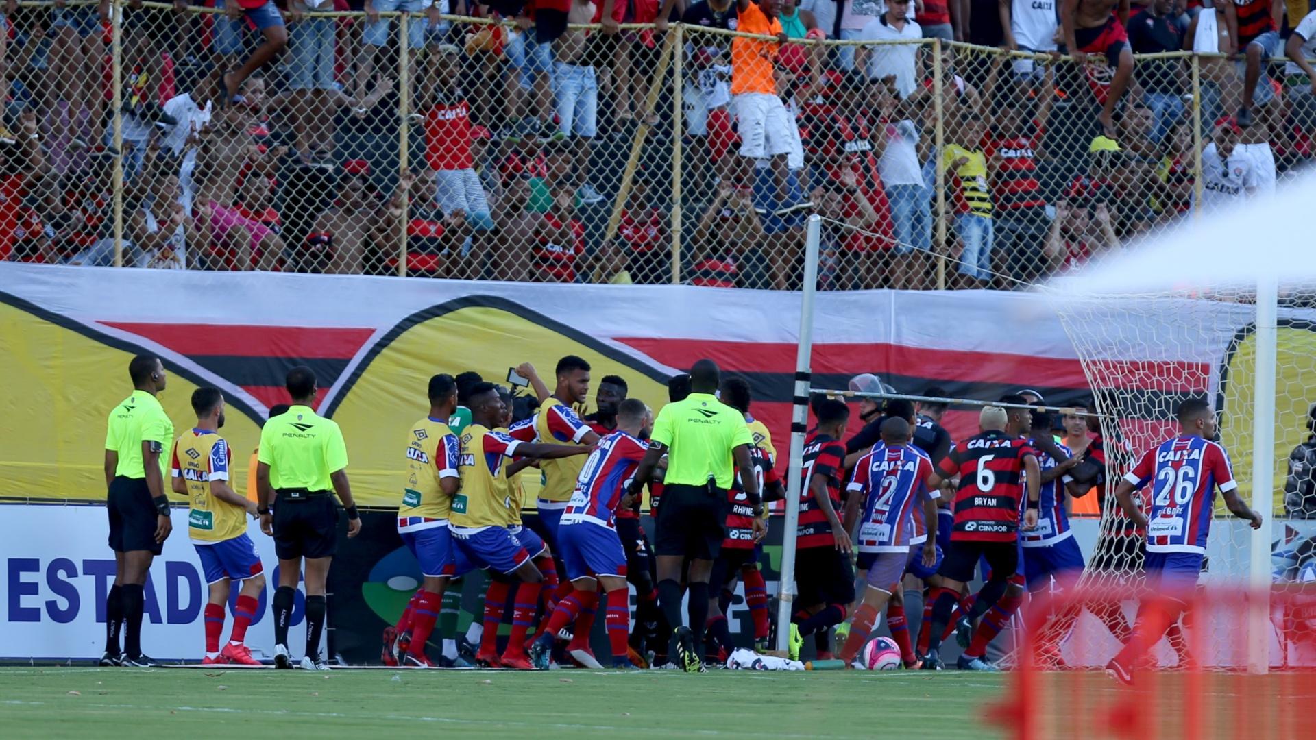Confusão entre jogadores de Vitória e Bahia no clássico pelo Campeonato Baiano