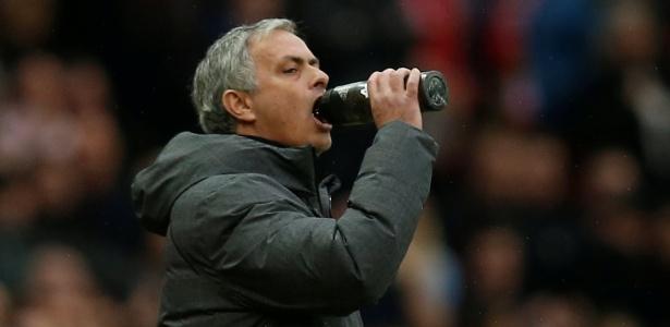 Mourinho se refresca durante a vitória sobre o Liverpool