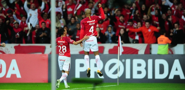 Rodrigo Moledo salta para comemorar gol do Inter contra Chapecoense