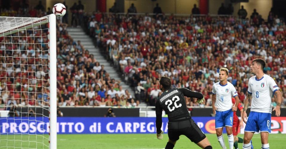 Bola bate na trave durante jogo entre Portugal e Itália