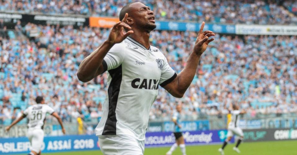 Luiz Otávio comemora após abrir o placar pelo Ceará contra o Grêmio