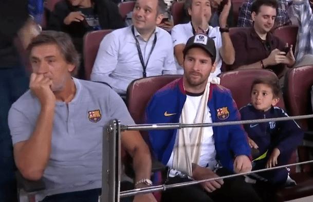 Com o braço apoiado em tipoia, Messi vai ao Camp Nou assistir à Barcelona x Inter de Milão