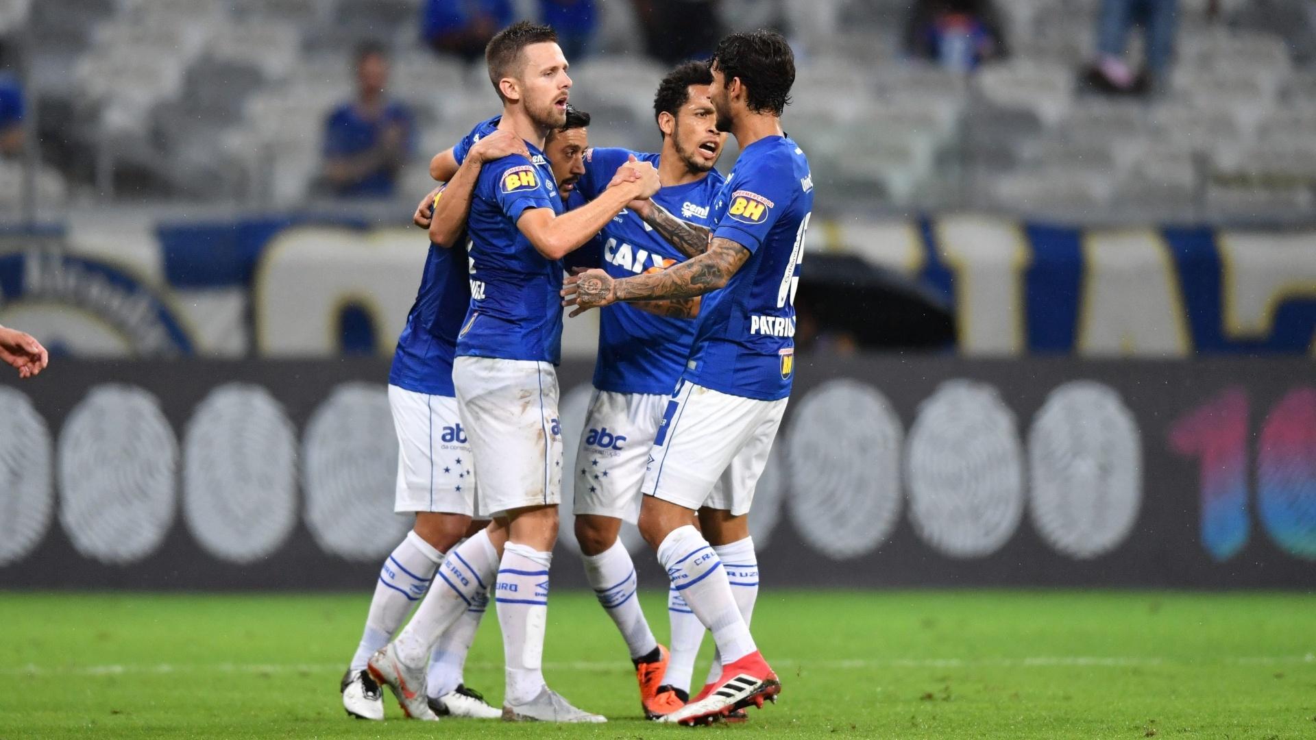 Jogadores do Cruzeiro comemoram gol contra o Vitória