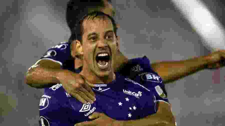 Rodriguinho comemora gol do Cruzeiro sobre o Huracán - Juan Ignacio Roncoroni/EFE