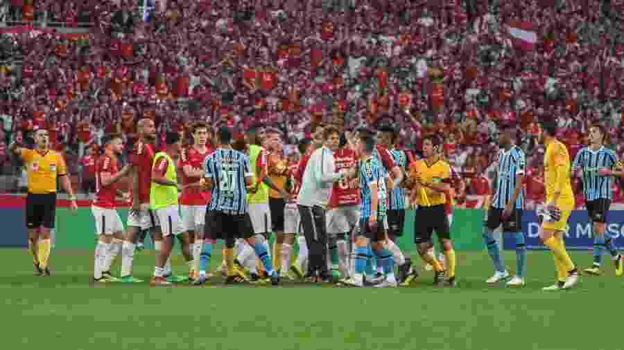 Jogadores de Grêmio e Inter se envolveram em confusão após último clássico - Lucas Sabino/AGIF