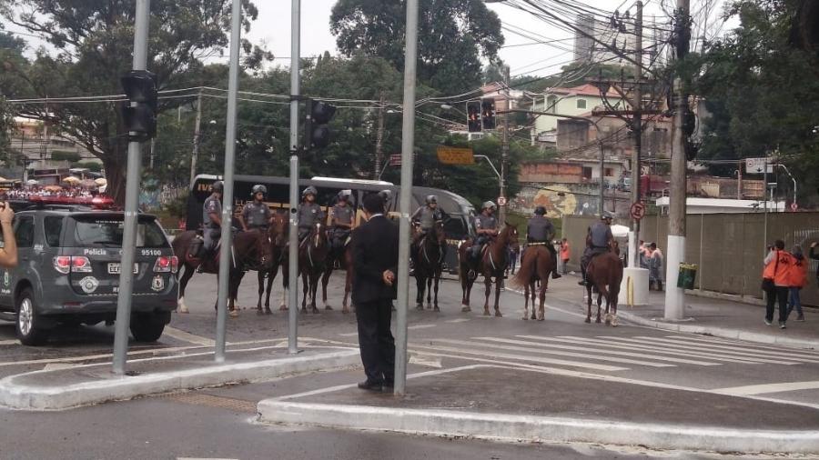 Ônibus do Corinthians chegou ao estádio do Morumbi pouco após 14h e houve só xingamentos - Arthur Sandes/UOL