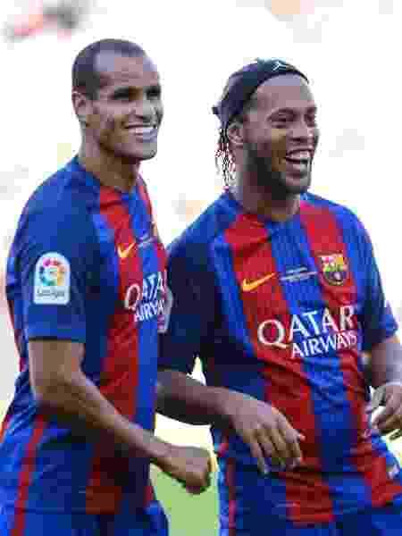 Ronaldinho ao lado de Rivaldo em ação em amistoso do time de lendas do Barcelona - Pedro Salado/Action Plus