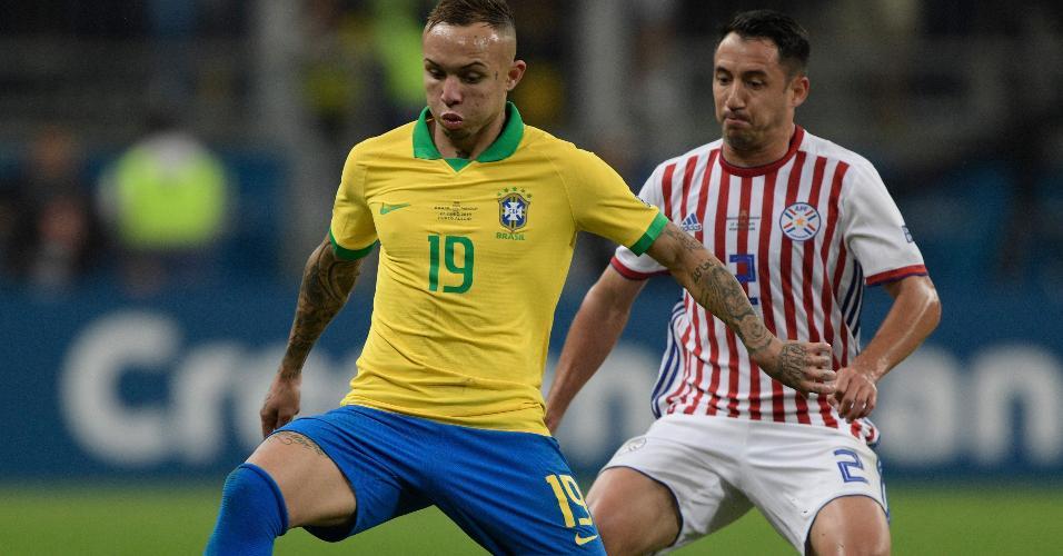 Everton Cebolinha e Ivan Piris durante o jogo Brasil x Paraguai pela Copa América