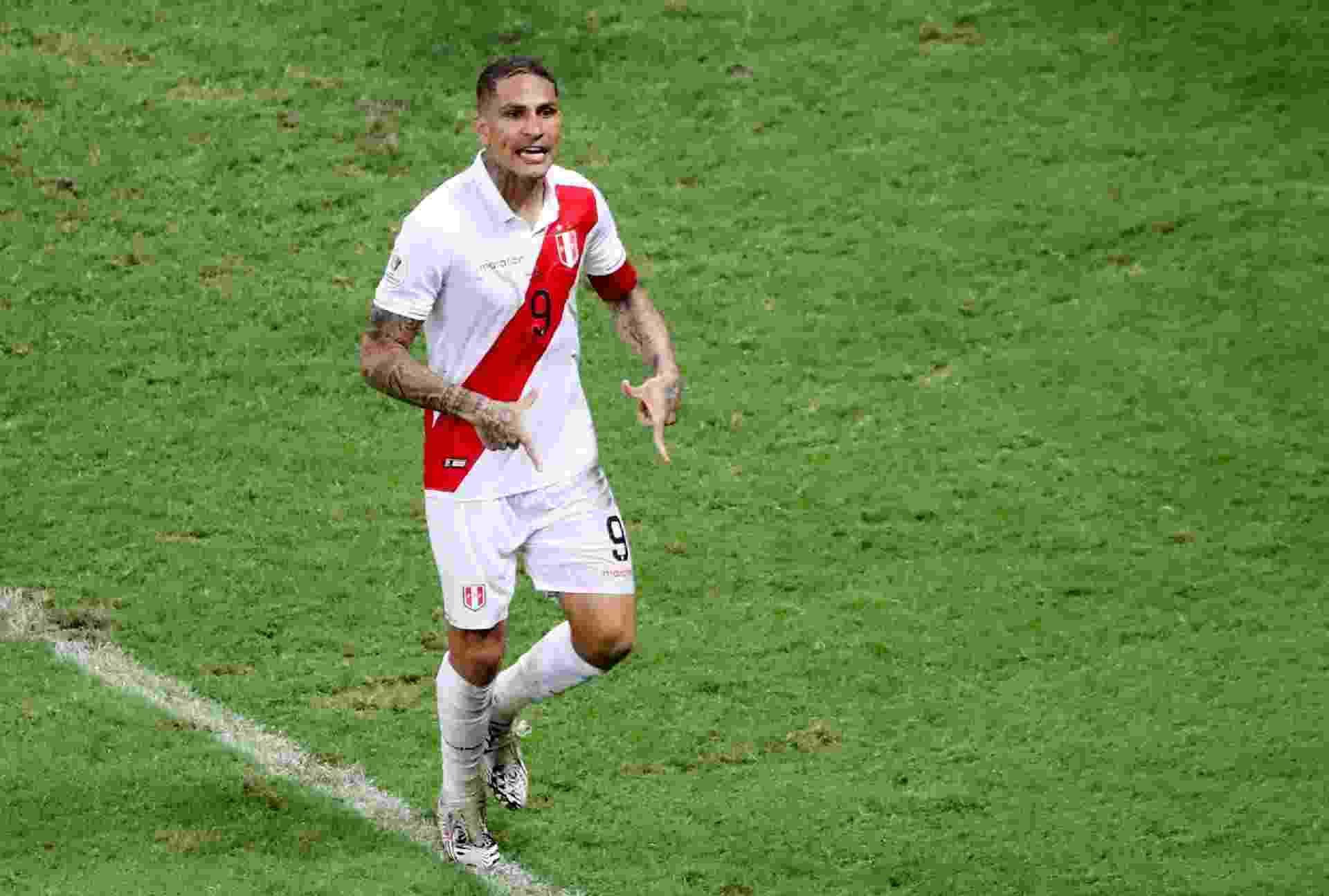 Guerrero, da seleção peruana, vibra com pênalti convertido contra o Uruguai na Copa América - undefined