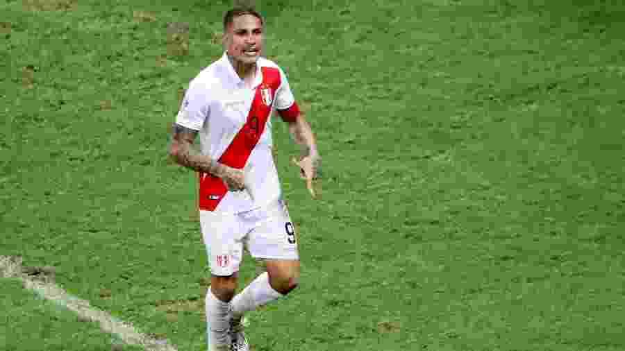 Guerrero, da seleção peruana, vibra com pênalti convertido contra o Uruguai na Copa América - Sergio Moraes/Reuters