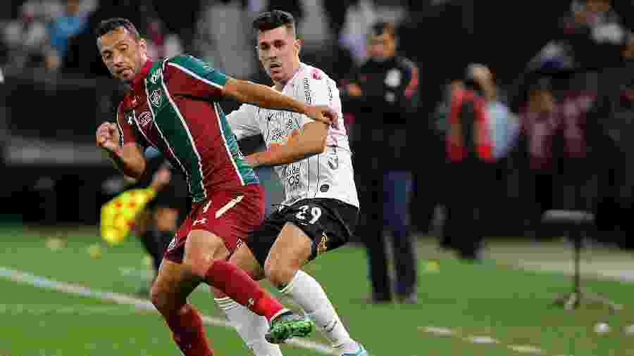 Nenê e Danilo Avelar disputam bola durante Corinthians x Fluminense - Daniel Vorley/AGIF