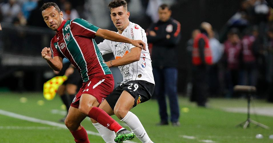 Nenê e Danilo Avelar disputam bola durante Corinthians x Fluminense
