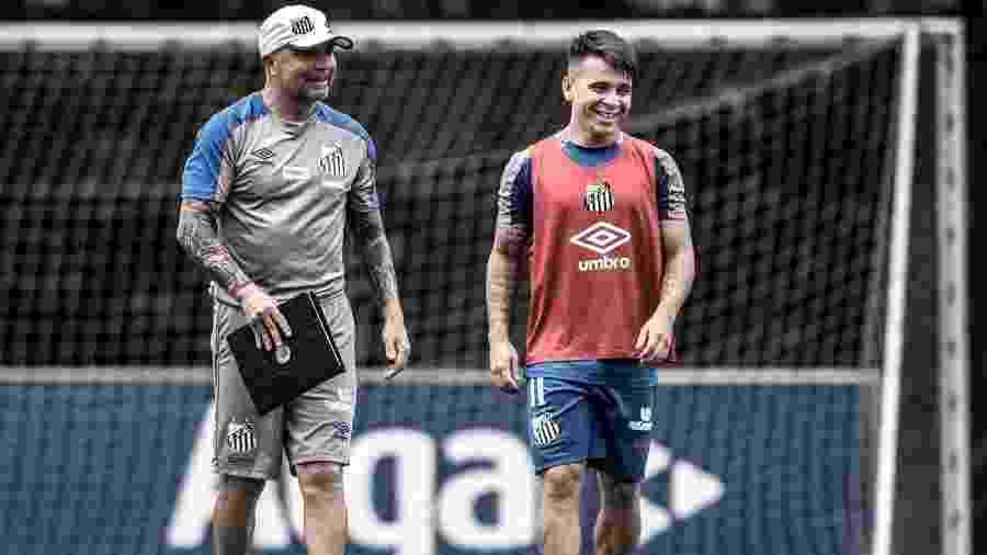 Soteldo conversa com Jorge Sampaoli durante treino do Santos - Ivan Storti/Santos FC