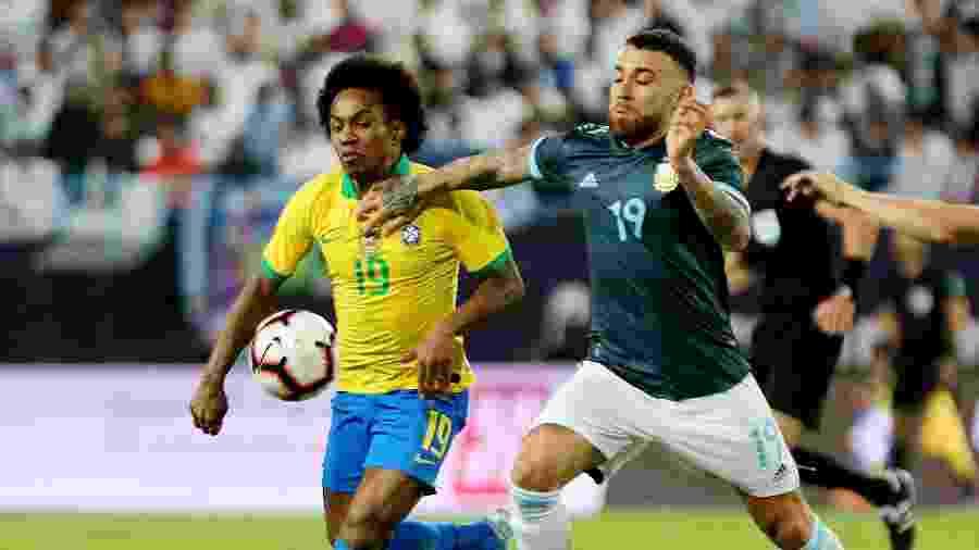 Willian disputa a bola com Otamendi no amistoso entre Brasil e Argentina - Ahmed Yosri/Reuters