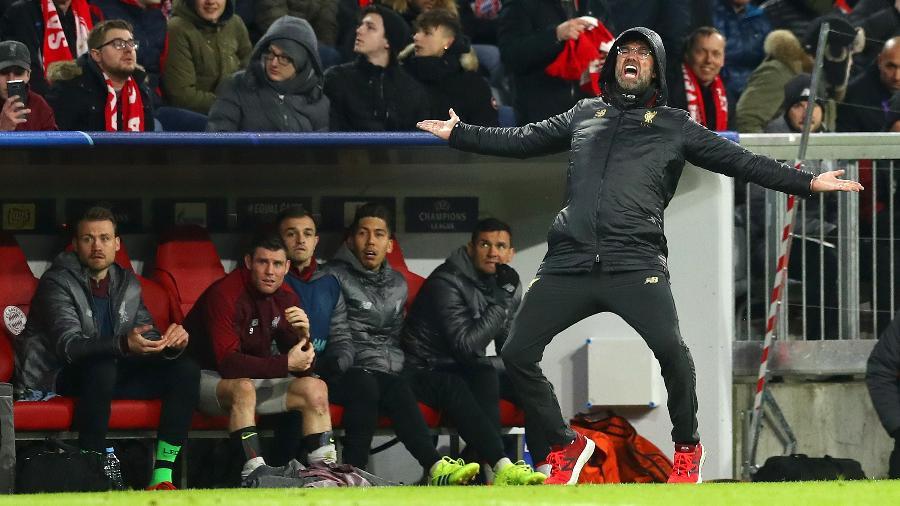 Jürgen Klopp gesticula no banco de reservas do Liverpool - Lars Baron/Bongarts/Getty Images