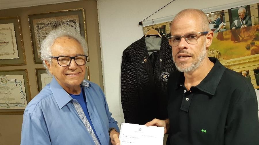 Presidente do Deliberativo, Roberto Monteiro (dir.) entrega ata das diretas para Faues Jassus, da Assembleia Geral - Divulgação