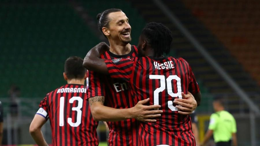 Zlatan Ibrahimovic, durante partida entre Milan e Juventus; permanência no clube em xeque  - Marco Luzzani/Getty Images
