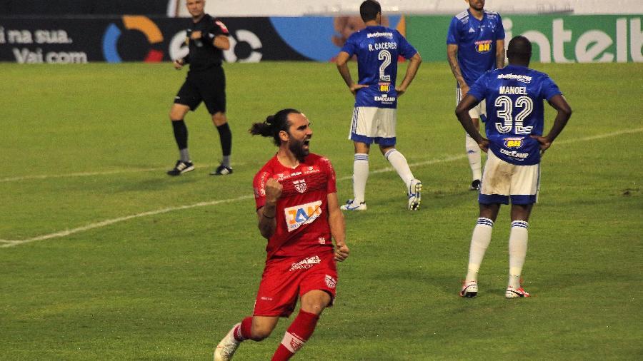 Léo Gamalho deixou o CRB após ser carrasco do Cruzeiro, passou pelo Al Khor, do Catar, e agora está no Coritiba - https://www.uol.com.br/esporte/futebol/campeonatos/mineiro#final