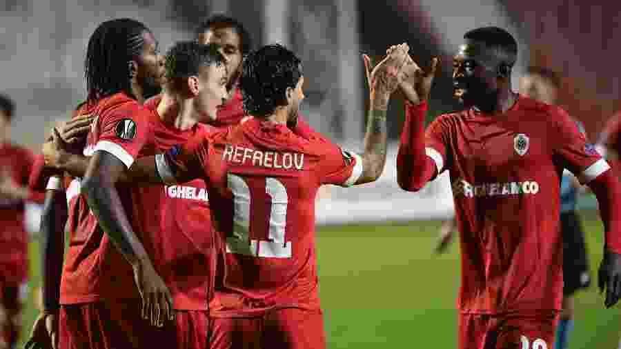 Rafaelov se aproveitou da falha na defesa do Tottenham para marcar o gol da vitória do Royal Antwerp - JOHN THYS/AFP