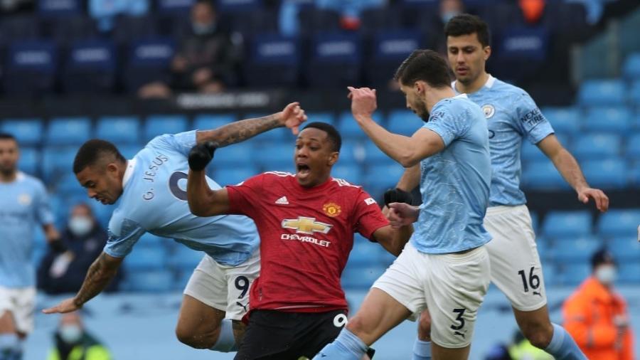 Gabriel Jesus derruba Anthony Martial dentro da área no clássico de Manchester - Matthew Peters/Manchester United via Getty Images