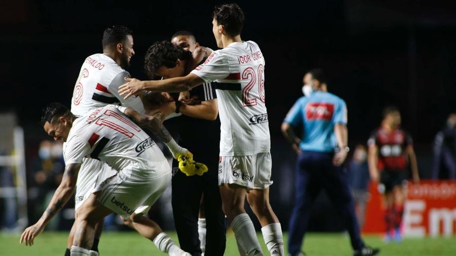 Jogadores do São Paulo comemoram com Fernando Diniz o gol marcado contra o Flamengo - Miguel Schincariol / saopaulofc.net