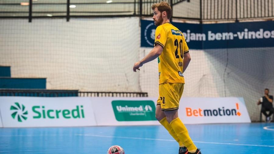 Matheus Sacon, ala/fixo do Praia Clube (MG), é o único daltônico da Liga Nacional de Futsal - Arquivo Pessoal