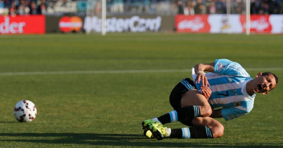 Di María cai no chão reclamando de dores